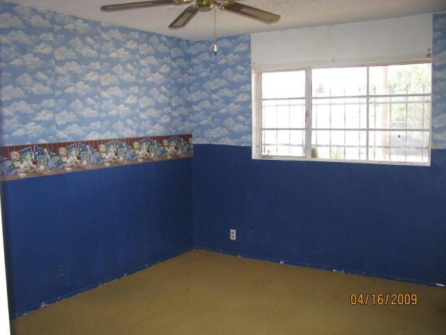 I feel ugly, oh so ugly! Poor room needs the border gone and a coat of neutral paint.  Image via UglyHousePhotos.